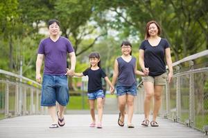 jeune famille asiatique temps de liaison dans le parc