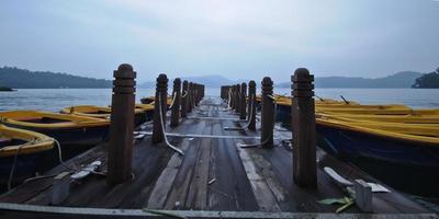 bateaux à rames et jetée en bois le matin