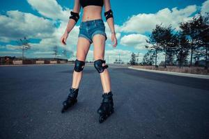jeune femme en patins à roues alignées aux beaux jours