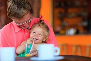 père et fille prenant un verre au café