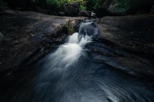 Ruisseau à la cascade de khlong pla kang en Thaïlande