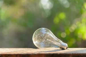 une ampoule sur un plancher en bois
