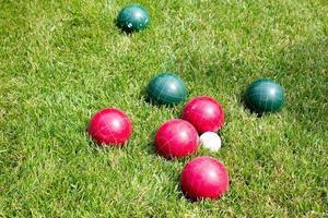 boules de croquet dans l'herbe ensoleillée photo