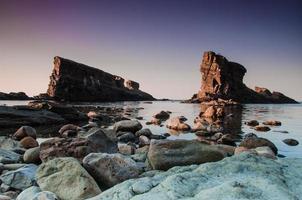 pierres grises près du plan d'eau photo