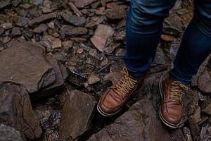 bottes en cuir sur des rochers