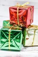 cadeaux de Noël avec ruban d'or