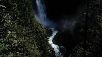 cascade entre les montagnes