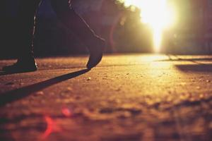coup franc d'une personne qui marche pendant le coucher du soleil photo
