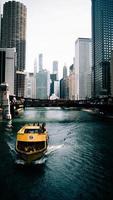 Chicago, Illinois 2020- bateau jaune dans l'eau