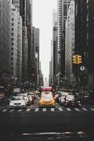 New York City, États-Unis, 2020 - voitures entre les bâtiments