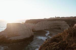 heure d'or sur la falaise au bord de la mer
