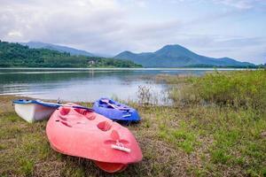 kayak au bord du lac avec fond de montagne