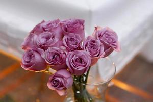 pot avec des roses violettes