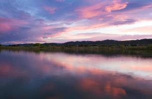 coucher de soleil sur un lac du Colorado avec les montagnes photo