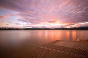 Coucher de soleil sur un lac du Colorado avec un quai photo