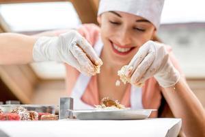 femme faisant des bonbons à la main photo