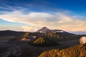 Volcans du mont bromo dans le parc national de bromo tengger semeru photo