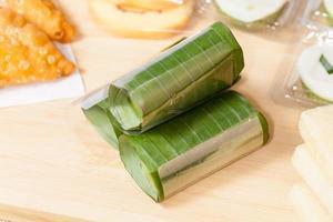 La nourriture indonésienne lemper ayam jajanan traditionnelle