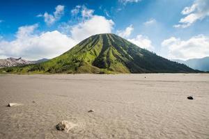 Montez le volcan Batok à l'est de Java, en Indonésie. photo
