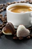 expresso, grains de café et bonbons au chocolat en forme de coeur photo
