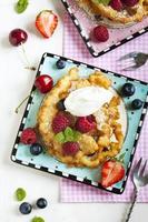 gâteaux en entonnoir aux fruits frais et crème fouettée photo