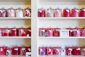Bonbons rouges et roses dans des bocaux dans un magasin de bonbons photo