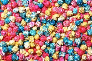 pop-corn de bonbons colorés faisant un fond photo
