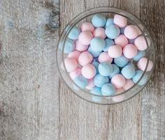 Bonbons roses et bleus sur fond de bois photo