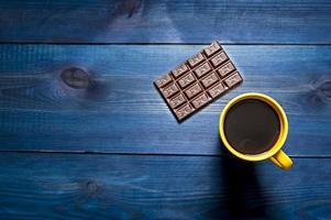 tasse jaune de café et de chocolat photo