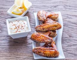 ailes de poulet au four avec sauce épicée photo