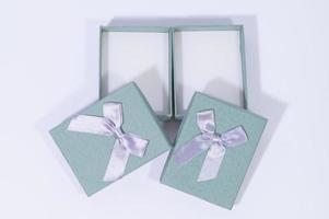 coffrets cadeaux sur fond blanc photo