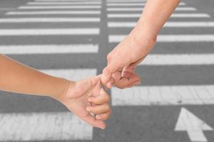 Adulte tenant la main de l'enfant isolé sur fond