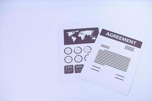 documents sur fond blanc photo
