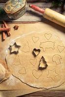 préparation pour la cuisson des biscuits de pain d'épice pour Noël photo