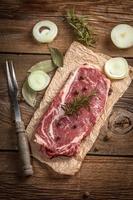 steak de boeuf cru. photo