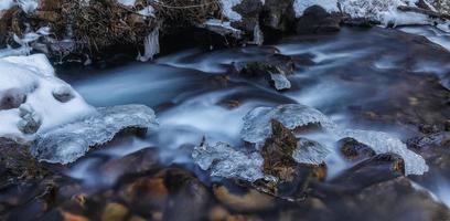 glace sur les rochers