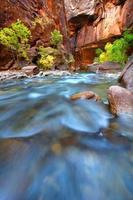 les rapides de la rivière vierge se rétrécissent