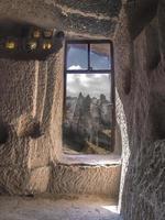 À l'intérieur d'une maison dans une cheminée rock, Cappadoce, Turquie photo