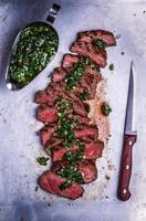 tranches de steak barbecue de bœuf sauce chimichurri photo