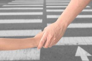 Adulte tenant la main de l'enfant isolé sur fond photo