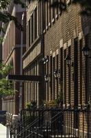 New York City, 202 - Bâtiments en brique avec clôture métallique