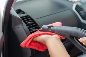 évents de nettoyage à vapeur dans la voiture photo