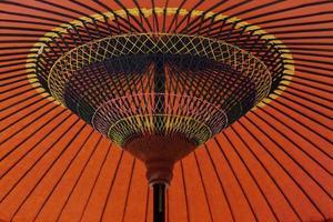 parapluie en papier rouge et jaune