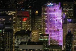 New York City, 2020 - immeuble de grande hauteur dans la lumière violette