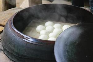 petits pains cuits à la vapeur dans un autoclave traditionnel photo