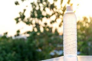 bouteille d'eau en plastique au soleil