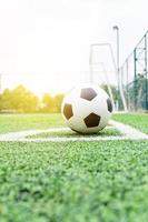ballon de football dans le coin d'un terrain de jeu photo