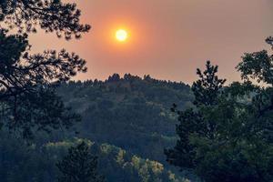 ciel rouge dans les collines