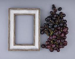 Vue de dessus d'un cadre photo en bois et baies avec espace copie