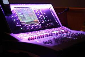 Phoenix, Arizona, 2020 - table de mixage audio en lumière violette
